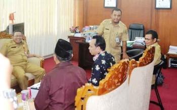 Perwakilan DPRD Kabupaten Katingan menyerahkan surat pemberhentian Bupati Ahmad Yantenglie kepada Gubernur Kalteng melalui Pj Sekda Kalteng Sahrin Daulay, Selasa (11/4/2017) sore.