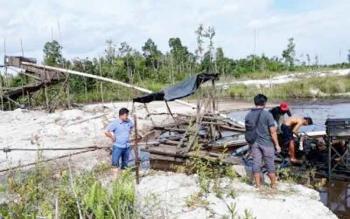 Sejumlah anggota Polres Katingan saat merazia PETI di Desa Tewang Kadamba Kecamatan Katingan Hilir beberapa hari lalu.