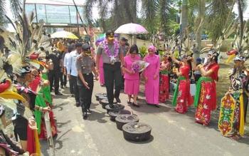 Kapolda Kalimantan Tengah Brigjen Pol Anang Revandoko melewati sejumlah gong saat disambut secara adat Dayak di Polres Pulang Pisau, Rabu (12/4/2017).