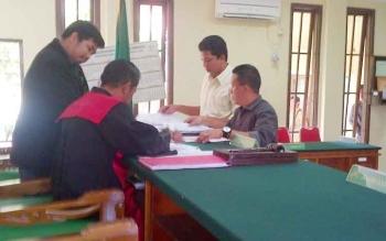 Kasi Pidsus Kejari Barito Selatan Zulkifli Mooduto menyerahkan daftar pembuktian penetapan tersangka terhadap Hasanuddin Agani kepada hakim Pengadilan Negeri Buntok, Senin (12/4/2017).
