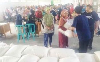 Warga tidak mampu di Kabupaten Kotawaringin Barat menerima beras bantuan dari salah satu perusahaan BUMN.