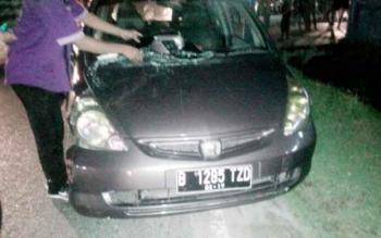 Mobil Honda Jazz rusak setelah menabrak traffic light
