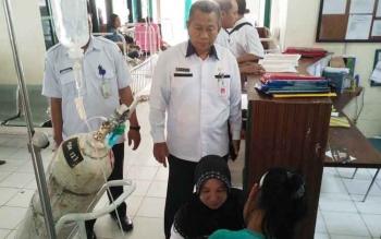 Kepala dinas Kesehatan Barito Utara, Robansyah saat melihat kondisi pasien di RSUD Muara Teweh