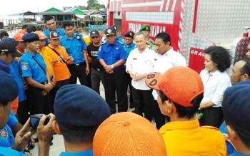 Bupati Pulang Pisau Edy Pratowo didampingi Wakil Bupati Pudjirustaty Narang dan Kepala BPBD Salahudin, memberikan arahan kepada tim Damkar BPBD saat Geladi Peralatan yang digelar di Darmaga Patanak, Rabu (12/4/2017).