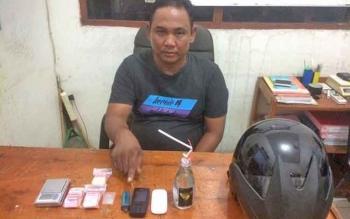 Tersangka pengedar sabu yang diringkus Satreskoba Polres Kotim beserta sejumlah barang bukti.