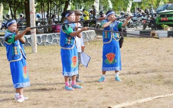 Peserta lomba menyumpit saat mengikuti kegiatan Festival Budaya Gawi Barinjam Kabupaten Sukamara tahun 2016.