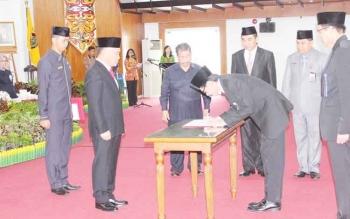 Kepala Perwakilan BPKP Kalteng yang baru, Herman Hermawan menandatangani sumpah dan janji jabatan seusai diambil sumpah dan dilantik oleh Gubernur Sugianto di aula Jayang Tingang