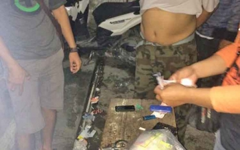 Tim gabungan melakukan penggeledahan terhadap terduga penyuplai sabu ke Kalteng, di Banjarmasin, Kalsel, Kamis (13/4/2017) malam.