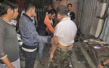 Tim gabungan melakukan penggeledahan terhadap terduga penyuplai sabu ke Kalteng, di Banjarmasin, Kalsel, Kamis malam.