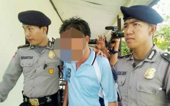 MA, saat digiring menuju ruang tahanan Polres Palangka Raya, Jumat (14/4/2017).