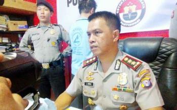 Kapolres Palangka Raya AKBP Lili Warli memberikan keterangan kepada wartawan terkait tertangkapnya MA, penyuplai sabu dari Banjarmasin ke Palangka Raya, Jumat (14/4/2017).