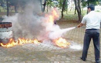 Sejumlah karyawan perusahaan dilatih menangani kebakaran melalui simulasi.
