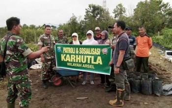 Tim gabungan kebakaran hutan dan lahan Kabupaten Kotawaringin Barat saat memberikan sosialisasi kepada warga.