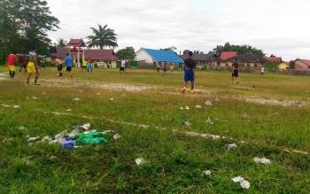 Sejumlah pemuda saat bermain sepak bola di lapangan Isen Mulang di Kuala Kurun, Kabupaten Gunung Mas.