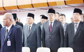 Kepala Dinas PUTR Kalteng Leonad S Ampung (tengah) saat menghadiri pelantikan Kepala Perwakilan BKKBN dan BPKP Kalteng di Aula Jayang Tingang, Kamis lalu