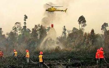 Helikopter waterboombing saat memadamkan kebakaran lahan di sekitar perbatasan Kotawaringin Barat - Seruyan.