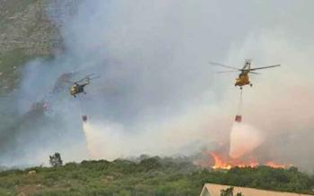 Helikopter waterboombing saat memadamkan kebakaran lahan di Kabupaten Kotawaringin Barat.