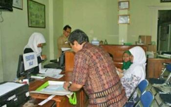 Salah seorang warga mendaftar haji di Kemenag Kabupaten Kotawaringin Barat.