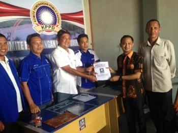 Pengurus DPD PAN Kota Palangka Raya menyerahkan berkas pendaftaran kepada Fairid Naparin, Sabtu (15/4/2017)