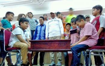 Wali Kota Palangka Raya Riban Satia menyaksikan pertandingan catur pembuka, Sabtu (15/4/2017).