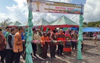 Bupati Seruyan Sudarsono didampingi Wakil Bupati Seruyan Yulhaidir saat meresmikan pameran dan pasar rakyat memeriahkan pelaksanaan MTQ ke-XIII di Pembuang Hulu, Kecamatan Hanau, Sabtu (15/4/2017).