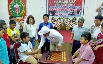 Wali Kota Palangka Raya Riban Satia menyalami Gerar, sebelum laga pembuka catur dimulai, Sabtu (15/4/2017).