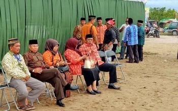 Bupati Seruyan Sudarsono didampingi istri Ratna Mustika saat meninjau kesiapan pembukaan MTQ yang akan berlangsung malam ini.