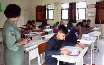 Peserta paket C tengah mengerjakan soal saat UN kejar paket C di Kobar tahun lalu. Sementara tahun ini, sekitar 400 warga Kobar mengikuti UN kesetaraan tingkat SMA tersebut.