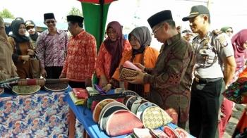 Bupati Seruyan Sudarsono dan isteri Ratna Mustika saat melihat barang hasil olahan dan kerajinan yang ditampilkan salah perwakilan kecamatan di kegiatan pameran dan pasar rakyat, di Pembuang Hulu, Sabtu (15/4/2017).