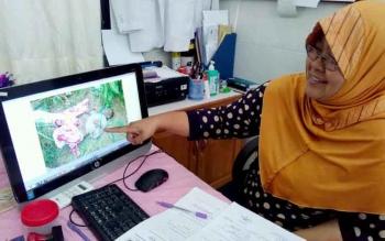 Kepala Instalasi Kedokteran Forensik dan Medikolegal, RSUD dr Doris Sylvaus Palangka Raya, Ricka Brillianty menjelaskan posisi korban pertama kali ditemukan.