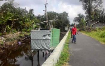 Jamban masih terlihat sepanjang Sungai Handil Semangat yang nantinya akan di tertibkan oleh pihak DPUPRPKP, untuk Kapuas bebas dari pencemaran sungai.