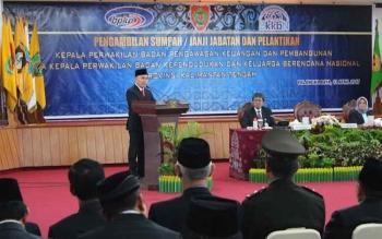 Gubernur Sugianto saat berpidato di acara pelantikan dua kepala perwakilan di Kalteng, BPKP dan BKKBN dan dihadiri seluruh kepala SOPD Kalteng, Minggu (16/4/2017).