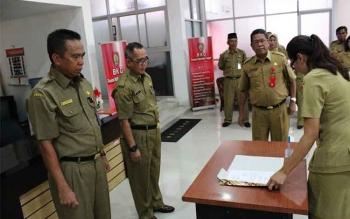 Kepala Inspektorat Kalteng yang baru, Saidina Aliansyah (kiri) saat serah terima Jabatan dengan Nurul Edy di BKD Kalteng beberapa waktu lalu, disaksikan PJ Sekda Sahrin Daulay.
