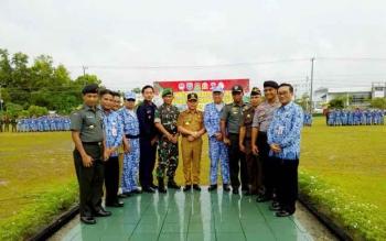 Gubernur Kalteng Sugianto Sabran bersama Danrem 102/Pjg Kolonel Arm M Naudi Nurdika dan sejumlah pejabat lainnya foto bersama usai apel Pembentukan Bela Negara di Yonif 631 Antang, Senin (17/4/2017).
