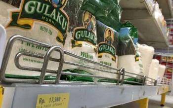 Gula pasir dan minyak goreng dalam kemasan di Pelangi Minimarket, Jalan Prakusuma Yuda, Pangkalan Bun, Kobar, masih dijual dengan harga normal.