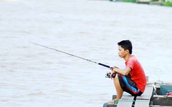 Mancing di Sungai Arut, Hilangkan Stres dengan Murah Meriah