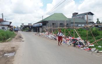 Tumpukan sampah hingga ke jalan terlihat di Jalan Panjaitan Selatan, Kecamatan Mentawa Baru Ketapang, Kabupaten Kotawaringin Timur