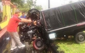 Seorang warga ikut mengevakuasi korban saat terjadi kecelakaan antara mobil pikap dengan Bus Yessoe