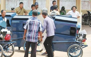 Beberapa kelompok tani di Kuala Pembuang saat menerima bantuan pemerintah pusat berupa alsintan mesin perontok padi.