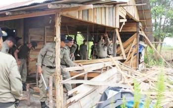 Petugas Satpol PP sedang membongkar tempat yang menjadi wadah prostitusi di Jalan Muhammad Hatta, Lingkar Selatan, Kecamatan Mentawa Baru Ketapang, Kotim