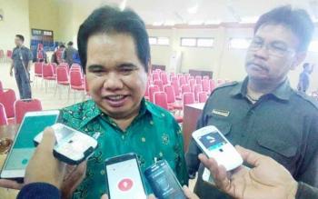 Rektor UPR, Ferdinand didampingi Wakil Rektor Bidang Kerjasama, Danes Jayanegara memberikan keterangan kepada wartawan