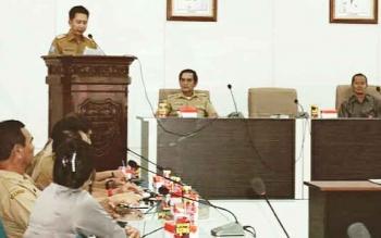 Bupati Barito Utara, Nadalsyah memberikan sambutan pada kegiatan penandatanganan naskah hibah kepada KPU
