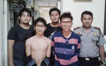 Kapolsek Iptu Sugiharso (paling kanan) dan petugas Polsek Kahayan Hilir setelah menangkap pelaku curas.