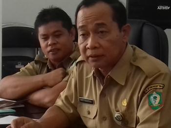 Sekda Kotim Putu Sudarsana (depan) dan Plt Kepala Badan Kepegawaian Daerah Kotim Alang Ariyanto.