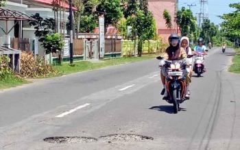 Seorang pegawai Pemkab Seruyan berkendara di ruas jalan yang berlubang di Kuala Pembuang, Selasa (18/4/2017).
