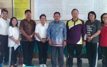 Plt Kepala Disdik Kalteng Gazali Rahman bersama jajarannya mengunjungi SMAN 5 Palangka Raya untuk mengecek sarana dan prasarana di sekolah tersebut.