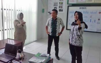 Monitoring Komisi III DPRD Kotim, Dadang H Syamsu dan Debi Sartika (baju batik) di Puskesmas Baamang II didampingi kepala Puskesmas dr Yunita