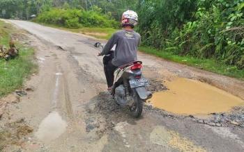 Salah satu titik di Jalan Damang Gaman, Kuala Kurun, Kabupaten Gunung Mas, yang mengalami kerusakan. Dinas PU diminta segera melakukan perbaikan.