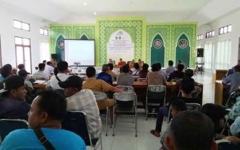 Peserta lelang saat mengikuti kegiatan di aula Dinas Pengelolaan Keuangan dan Aset Daerah (DPKAD) Sukamara.