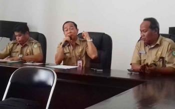 Sekda Kotim Putu Sudarsana (tengah) didampingi Kabag Humas Multazam dan Plt Kepala BKD Kotim Alang Arianto saat menggelar jumpa pers, Selasa (18/4/2017).